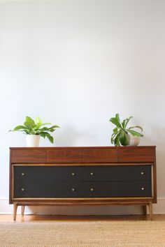 Corner and I just bought this dresser. So excited for it to arrive! Vintage Furniture, Painted Furniture, Furniture Design, Urban Taste, Modern Vintage Fashion, Vintage Style, Mid Century Dresser, Guest Bedroom Decor, Painted Drawers