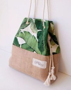 Palm Print Burlap Beach Bag The Sandbag in Green Banana Leaf.- Palm Print Burlap Beach Bag The Sandbag in Green Banana Leaf Jute Palm Print Burlap Beach Bag The Sandbag in Green Banana Leaf - Sacs Tote Bags, Reusable Tote Bags, My Bags, Purses And Bags, Green Banana, Printing On Burlap, Handmade Bags, Fashion Bags, Fashion Decor