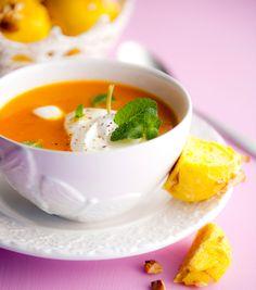 Kasvisten paahtaminen uunissa antaa kasviskeitolle hienon aromin ja syvän värin. Tee keiton seuraksi sahramilla maustettuja pikkusämpylöitä.