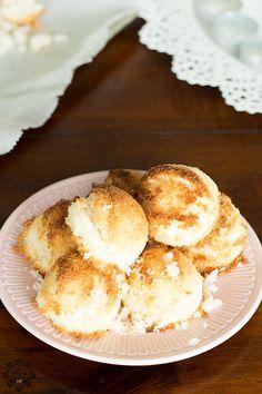 """Kokos makronen met slechts 3 ingrediënten! (Madame Cocos Copycat) Gebruik gezoete gecondenseerde kokosmelk voor een lactose-vrije variant. Deze makronen zijn tevens glutenvrij! In Nederland hebben we een concept dat """"Madame Cocos"""" heet. Ze verkopen verse huisgemaakte kokosmakronen, maar hebben ook emmertjes met makronen """"deeg/beslag"""". Een paar weken geleden kocht mijn """"schoonbroer"""" een zak van dezeRead more"""