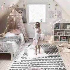 Wzorzysty dywan w pokoju dziecięcym na poddaszu - Lovingit.pl