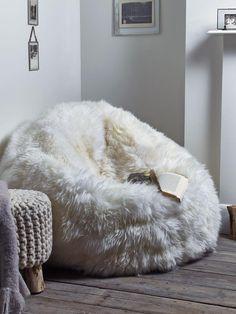 pouf géant en fausse fourrure et tabouret tricot pour un coin de lecture cosy