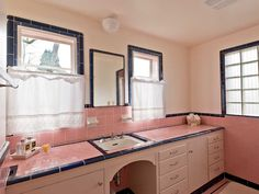 Vintage pink & black tiled bathroom <3 | Five vintage pastel bathrooms in this lovely 1942 capsule house: Portland, Oregon | Retro Renovation