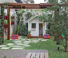 As paisagistas Daniela e Maria do Rosário Ruiz e Drica Diogo, da Pateo Arquitetura e Paisagismo, criaram esta área infantil no jardim. O pergolado sustenta os balanços de plástico, que ficam protegidos pela sombra da ipomeia-rubra