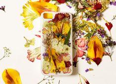 DIY – Des fleurs séchées pour décorer son étui d'Iphone on Etsy -- in other words, DIY your iPhone case with real flowers. I just fainted.