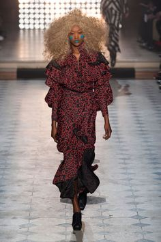 See the entire collection from the Vivienne Westwood Fall 2014 Ready-to-Wear runway show. Fashion Week, Paris Fashion, High Fashion, Fashion Show, Fashion Design, Fashion Ideas, Vivienne Westwood, Mode Style Anglais, London Fashion Weeks