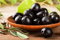 The antioxidant nutrients in black olives impede the oxidation of cholesterol, thereby helping to prevent heart disease. Olives do contain healthy fats. Healthy Salads, Healthy Fats, Healthy Eating, Catering, Salad Toppings, Food Porn, Diet Recipes, Healthy Recipes, Blood Pressure Diet