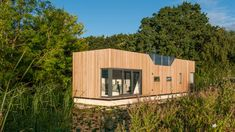 The London-based architecture studio, Baca Architects, were responsible for the design of this boxy houseboat. Working alongside the British company Floati