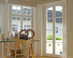 Weiße Holz-Sprossenfenster mit Holzverkleidung für ...