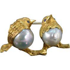 18 K Vintage Sapphire & Baroque Pearl Birds Brooch Yellow Gold. Bird Jewelry, Animal Jewelry, Pearl Jewelry, Antique Jewelry, Jewelery, Vintage Jewelry, Jewelry Design, Pearl Brooch, Grey And Gold