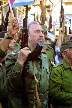 """""""Kalashnikov Castro"""". Fidel Castro con un rifle de asalto Kaláshnikov (AK- 47), antes de dirigirse a la multitud. Sobre esta y otra foto parecida hay mucha confusión en Internet y en la mayoría de los sitios está mal referenciada, con errores a veces de bulto. El autor es Sven Creutzmann y hemos consultado la referencia que aparece en su propia web: """"Fidel Castro lleva un Kalashnikow durante la conmemoración del 40 aniversario de la declaración del carácter socialista de la Revolución"""", dice…"""