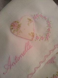 Fralda bordada Mais Baby Embroidery, Embroidery Fashion, Hand Embroidery Patterns, Cross Stitch Embroidery, Cross Stitch Patterns, Machine Embroidery, Embroidery Designs, Baby Sheets, Baby Bedding Sets