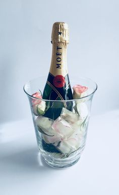 Pünktlich zum internationalen Frauentag: Sekt,- bzw Champagnerflaschen besonders hervorheben 💗🍾💐_________________________________________ Эксклюзивно к восьмому Марта: как оригинально подать шампанское на стол: 💗🍾💐_________________________________________ #frauentag #moet #champagne #champagner #8марта #шампанское #идея #декор #idee #diy