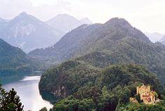 Lake & Neuschwanstein Castle in German Alpes - Hohenschwangau, Bayern