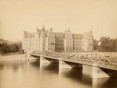 Lessingbrücke Regierungsgebäude Breslau 1886.Obecnie w jego miejscu znajduje się most Pokoju Old Photographs, Old Photos, Genius Loci, Bucharest, Tower Bridge, Poland, Louvre, Germany, Old Things