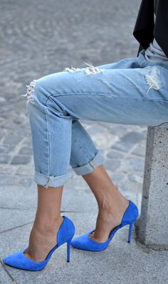 jeans and cobalt blue high heel pumps street style