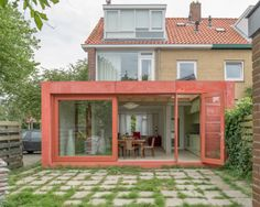 House extension in Leiden, the Netherlands. Red concrete, fiber-reinforced concrete (FRC), sliding door - architect Flinterdiep - architectural photography by Klaarlicht Arch House, House Front, Beddinge, Inside Outside, Architecture Old, House Extensions, Large Homes, Construction, Cozy House