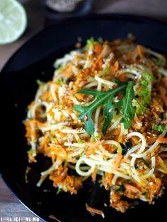 Lebkuchenkind: Spaghetti mit Karotten, Rucola, geröstetem Sesam und Limette