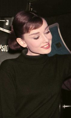 "Audrey Hepburn on the set of ""Funny Face"", Audrey Hepburn Outfit, Audrey Hepburn Funny Face, Audrey Hepburn Mode, Audrey Hepburn Photos, Katharine Hepburn, Audrey Hepburn Bangs, Audrey Hepburn Charade, Divas, Celebrity Teeth"