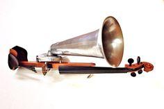 A Stroh Violin exhibited at Museu de la Música de Barcelona, 1899