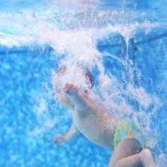 Bébé sous l'eau à la piscine