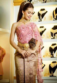 khmer wedding costume Cambodian Wedding, Khmer Wedding, Thai Traditional Dress, Traditional Outfits, Filipino Fashion, Wedding Attire, Wedding Dresses, Culture Clothing, Wedding Costumes