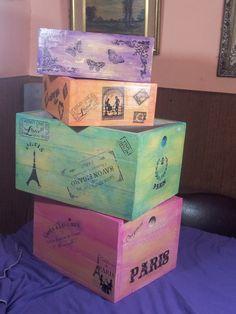 cajones de madera reciclada. estilo vintage. reforzados. Vintage Crates, Wooden Crates, Wooden Boxes, Decoupage Vintage, Shabby Vintage, Diy Wood Box, Old Boxes, Cigar Boxes, Tea Box
