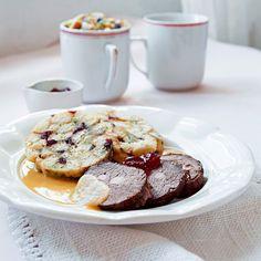 Jemná dančí svíčková a hrnkové knedlíky s brusinkami......... http://fresh.iprima.cz/recepty/jemna-danci-svickova-hrnkove-knedliky-s-brusinkami