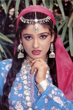 Vintage Bollywood, Indian Bollywood, Bollywood Stars, Indian Celebrities, Bollywood Celebrities, Raveena Tandon Hot, Dark Eyebrows, Beautiful Bollywood Actress, Old Actress