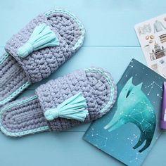 Puteți croșeta o pereche de papuci de cameră într-o singură seară! - Fasingur Crochet Sandals, Crochet Shoes, Crochet Slippers, Cute Crochet, Crochet Crafts, Crochet Projects, Knit Crochet, Sewing Projects, Crochet Slipper Pattern