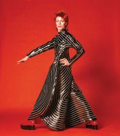 """Les tenues du couturier Kansai Yamamoto """"étaient merveilleuses"""", se souvient Masayoshi Sukita. """"Avant de photographier David Bowie, j'avais travaillé dans la mode. Au Japon il y avait alors deux sortes de photographes de mode : ceux qui faisaient la femme et ceux qui faisaient l'homme. Je m'étais retrouvé chez l'homme car la femme était un domaine engorgé. Cela m'a beaucoup servi dans mon travail avec Bowie."""""""