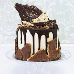 Ricetta Drip Cake, una torta golosa che fa breccia nell'animo di tutti. Cioccolato che cola e decorazioni eccentriche sono la chiave per una buona riuscita
