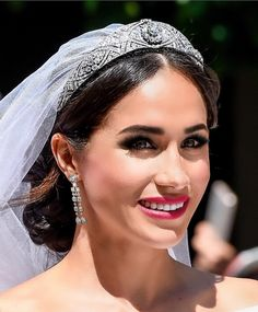 Someone has recreated Meghan Markle's wedding day makeup with red lipstick and smokey eyes - Makeup Looks Yellow Wedding Day Makeup, Natural Wedding Makeup, Prinz Harry Meghan Markle, Harry Wedding, Prinz Charles, Red Lipstick Makeup, Smokey Eyes, Princess Meghan, Princesa Diana