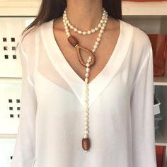 Collar largo de perlas de rio irregulares adornado con tres ágatas en resina. Por la longitud del collar puede usarse de varias formas. Por encargo puede reali