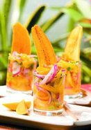 Idea for the seviche serving Healthy Recipes, Veggie Recipes, Mexican Food Recipes, Appetizer Recipes, Appetizers, Cooking Recipes, Mango Verde, Venezuelan Food, Ceviche Recipe