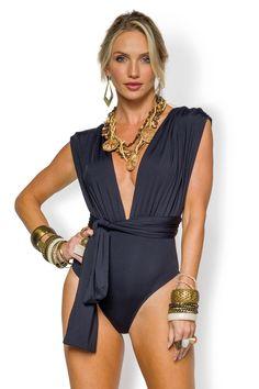 Perfeitos como body, o maiô vai da praia às noites, permitindo total versatilidade para o look e te acompanhando em qualquer ocasião. A peça da vez possui al...