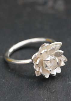 Lovely flower ring in sterling silver carved lotus flower fixed on the silver…