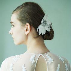 花嫁は髪が命! 花嫁ヘアとヘッドアクセのおしゃれ相性学【PART2】|#47 すっきりシニョンに映える フェザー×ビジューの写真1です。