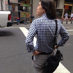 Quadretti bianchi e blu, non ci si può sbagliare. Questo il dress code della più popolare camicia americana prodotta dal marchio satunitense J.Crew (la si può acquistare sul loro sito per 64,50 dollari) e che spopola nella Grande Mela. Così a San Jon, 27 anni e autore tel