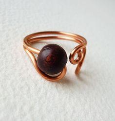 Anello di filo di rame con una perla in legno marrone scuro