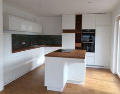 Küche, Küchenmöbel, Kitchen , Einbauküche in Weißlack/Bambus mit Kochinsel und Bora Abzug