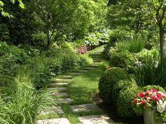 camino de jardín con baldosas cuadradas
