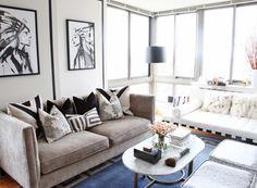 Decoração de sala com almofadas de diferentes estampas, mas em tons que conversam entre si. Inspire-se!
