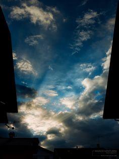 Esco che il sole sorge. Il fresco della mattina mi fa rabbrividire e per un attimo sento tutto il peso della giornata che viene. Scendo le scale curvo, ma mi scrollo di dosso quel pensiero, un bel …