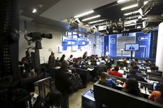 La sala de periodistas atendiendo la comparecencia de Rajoy mediante videoconferencia.