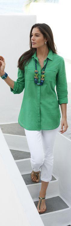 Muy casual en blanco y blusa verde.