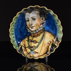 Faenza, Coupe crespina en majolique à décor, polychrome d'un portrait de femme en buste sur, fond bleu, l'inscription Camilla Diva Mia Bella, sur fond vert sur le bord, XVIe siècle, Ø 26 cm,