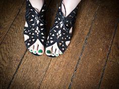 jade green toenails and intricate black sandals. - le blog de betty