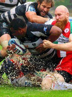 En el rugby existe una regla que nunca debes olvidar: avanzar cueste lo que cueste. Cuando recibes el oval, da igual lo que ocurra: avanzas. No importan los placajes , ni los agarrones, ni los golpes. Avanzas. Y cuando te tiran al suelo, te levantas y vuelves a avanzar. En eso consiste el rugby; en eso consiste la vida.