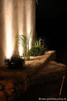 Garten Beleuchtung - Hauswand - Hochbeet im Dunkeln